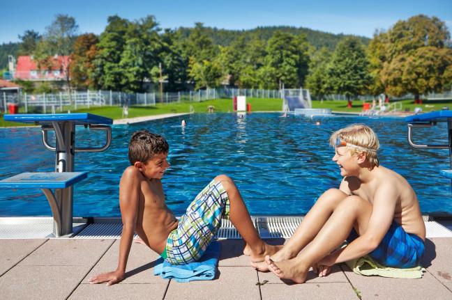 Zwei Jungs im Badepark