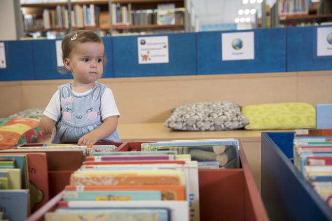 Kleinkind in der Kinderbibliothek