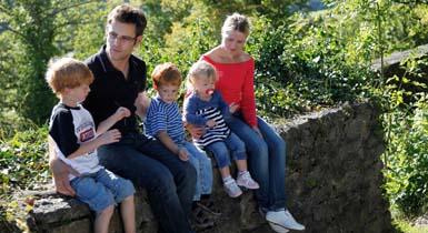 Familie auf der Burgruine