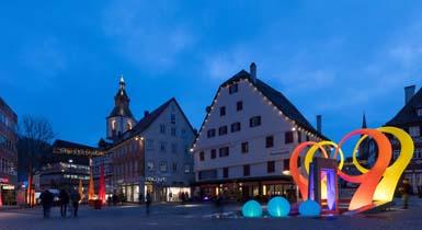 Lichtobjekte im Brunnen auf dem Vorstadtplatz