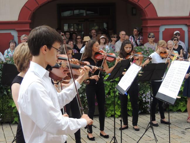 Jugendliche spielen Geige im Rahmen der Sommermusik