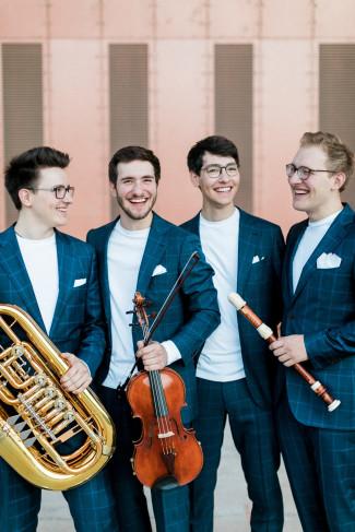 Gruppenbild der Hanke Brothers mit ihren Instrumenten